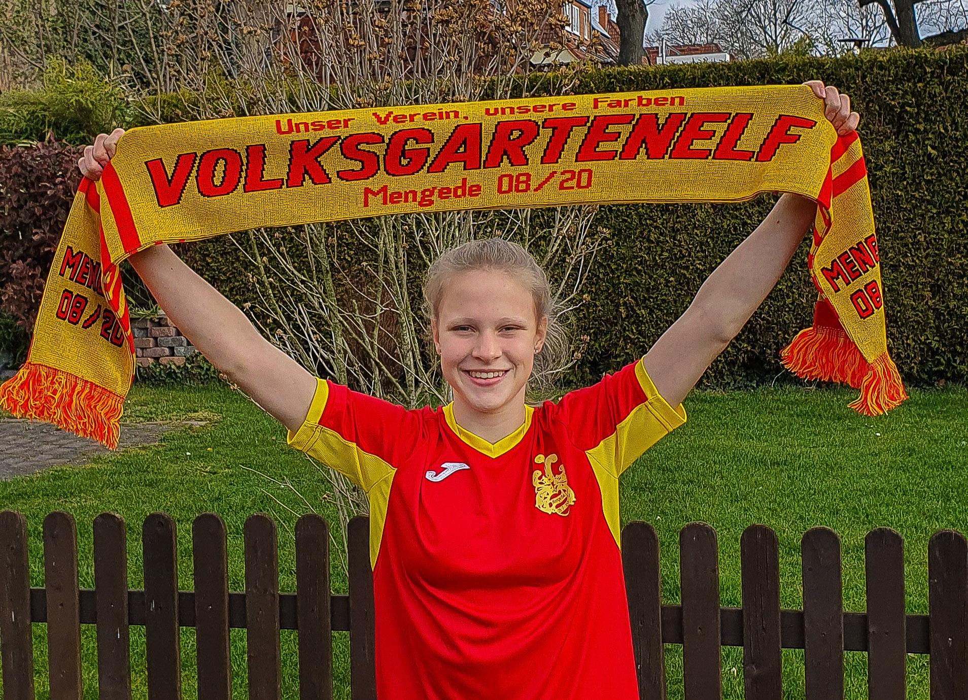 Die Jugendspielerin Nina Zimmer im Trikot ihres ehemaligen Vereins Mengede 08/20. Der passende Fanschal durfte dabei auch nicht fehlen.(Fotos: privat)