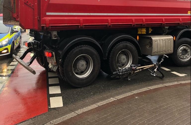 Der Lkw überrollte das Fahrrad. (Foto: Polizei Dortmund)