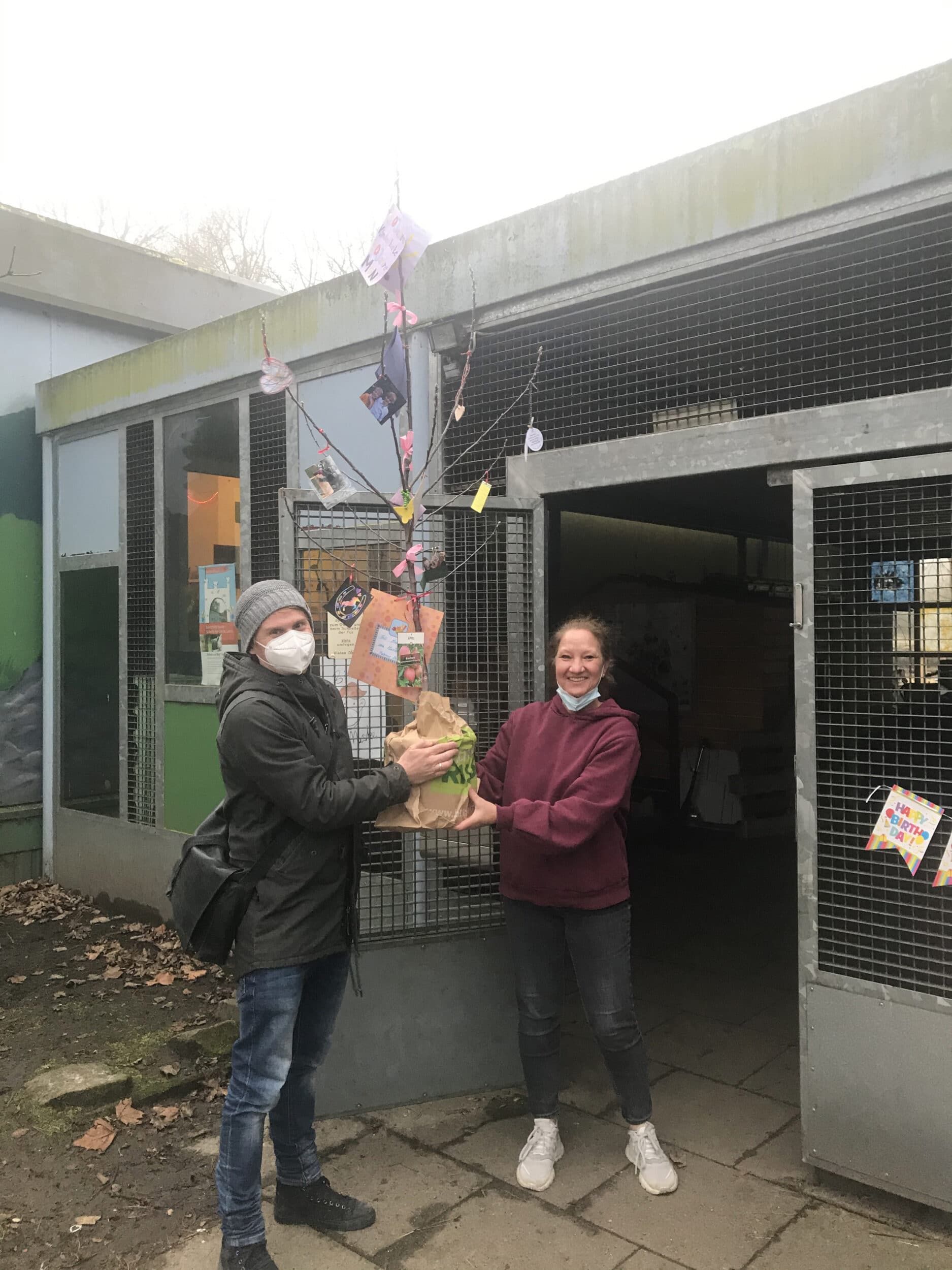 Zum Jubiläum ein Apfelbäumchen – die Feier allerdings ist, wenn's nach Leiterin Monika Reimann geht, nur aufgeschoben. (Foto: Simone Knapp)