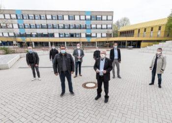 Vertreter von Af Pack und der Stadt bei der offiziellen Spendenübergabe. (Foto: Roland Gorecki/Stadt Dortmund)