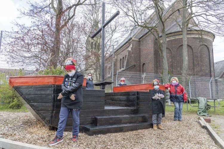 Ab sofort unter der Totenkopfflagge: Unter Anleitung von Janine Despaigne (ganz rechts) verpassten die Kids des Kinder- und Jugendtreffs dem Schiff eine ganz neue Optik. (Foto: Wir in Dortmund)