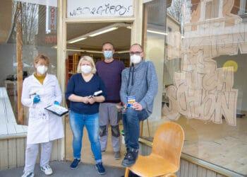 Die Kunstschaffenden des KulturQuartier Hörde (v. l.) Silke Schulz, Kirstin Hein, Igor Jablunowskij und Peter Kröker widmen sich bereits aktiv den Renovierungsarbeiten. (Foto/Video: WIR IN DORTMUND)