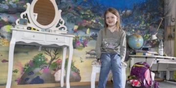 Nachwuchs-Schriftstellerin Leni vor ihrem Arbeitsplatz. An der Wand im Hintergrund ist zudem das Gemälde zu sehen, welches die Siebenjährige zu ihrer Geschichte inspirierte. (Fotos: Wir in Dortmund)
