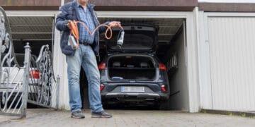 Seinen Hybrid-Wagen mit Strom zu versorgen gestaltet sich deutlich schwieriger, als Uwe Paulukat es sich hätte vorstellen können. (Fotos: Wir in Dortmund)