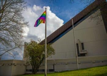 Vor St. Benno in Benninghofen weht die Regenbogenflagge. (Foto: Wir in Dortmund)