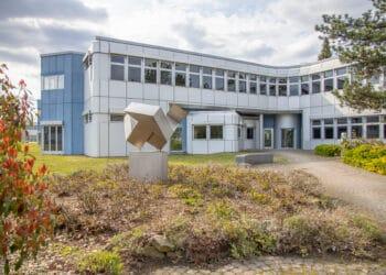 Das Fraunhofer-Institut IML liegt gegenüber der H-Bahn-Linie, deren Bau Gründer Prof. Dr. Reinhardt Jünemann Anfang der Achtzigerjahre in Gang brachte. (Fotos: Wir in Dortmund)