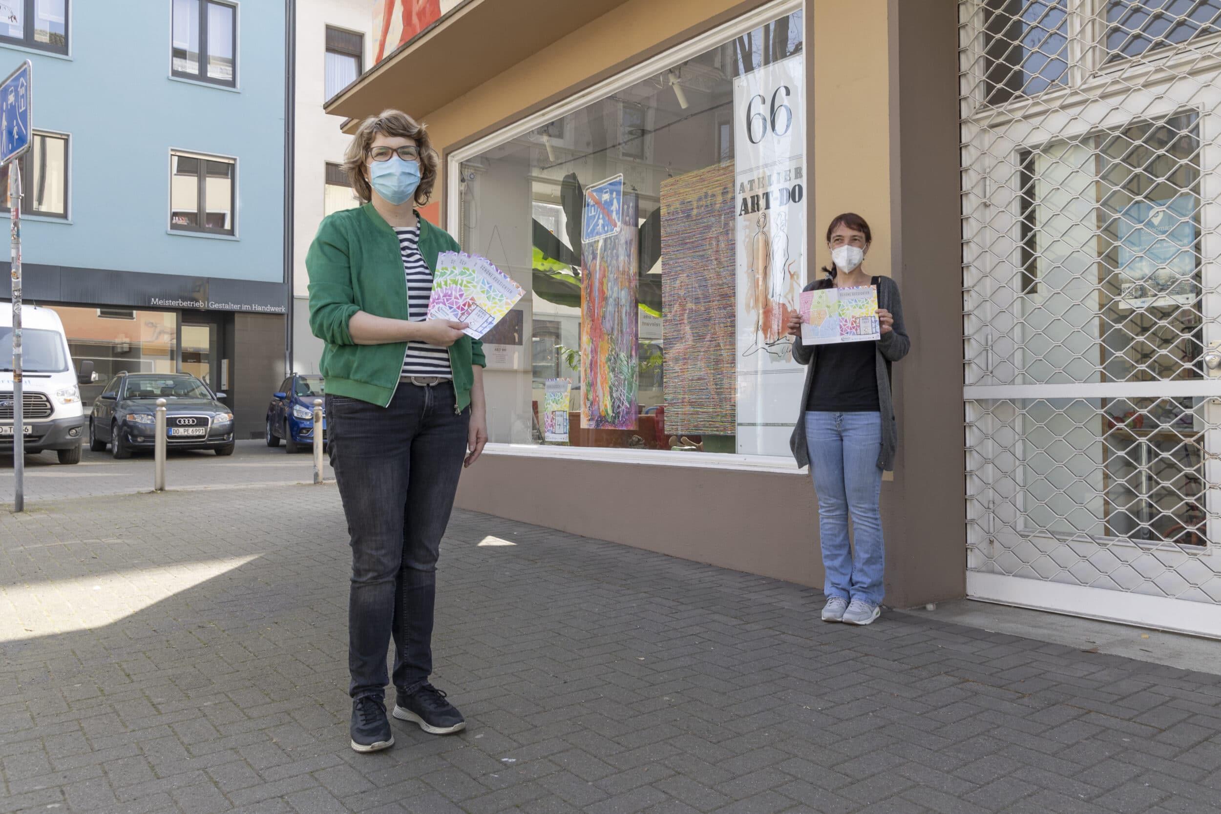 Birgit De Boer (Begegnung VorOrt) und Julia Banach (Seniorenbüro Innenstadt-West, v. l.) sind froh, den Dortmundern auch in der gegenwärtigen Zeit ein bisschen Kunstgenuss spendieren zu können. (Foto: Wir in Dortmund)