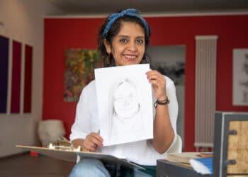 Golnaz Rezaei, die momentan bei ihren Eltern in Hombruch lebt, portraitierte Interessierte am Raum für Kunst auf Zeit in Hombruch. (Fotos: Wir in Dortmund)