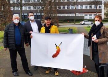 Die LWL-Klinik freut sich über das Plakat  des Künstlers Thomas Baumgärtel (3. v. l.). (Foto: LWL)
