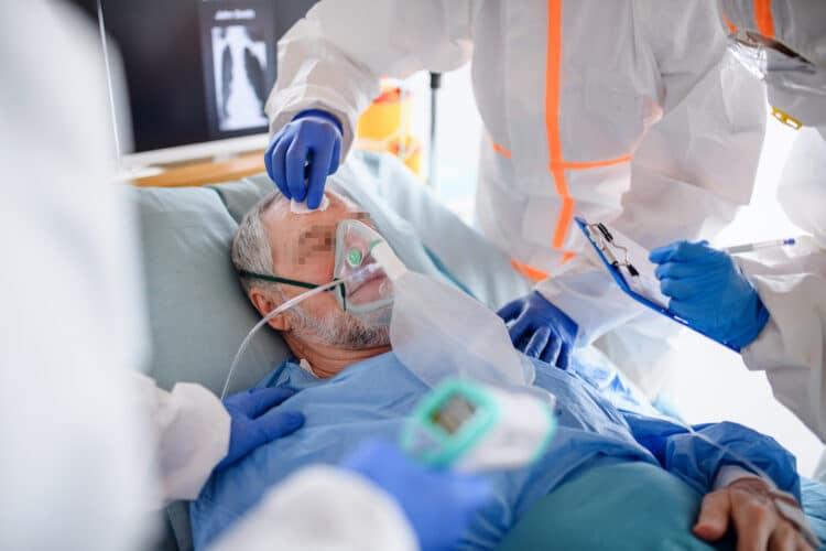 Das durchschnittliche Alter der Covid-19-Patienten in Kliniken in Westfalen-Lippe liegt bei 62 Jahren, das der Beatmeten bei 68 Jahren. Männer sind häufiger von einem schweren Verlauf der Erkrankung betroffen als Frauen. (Foto: AOK/hfr.)