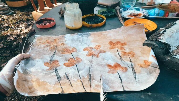 Aus natürlichen Produkten stellen die Teilnehmenden des Kunst-Workshops Farben her. Das Video dazu finden Sie im unten stehenden Artikel. (Foto: Chancengleich in Europa e. V.)
