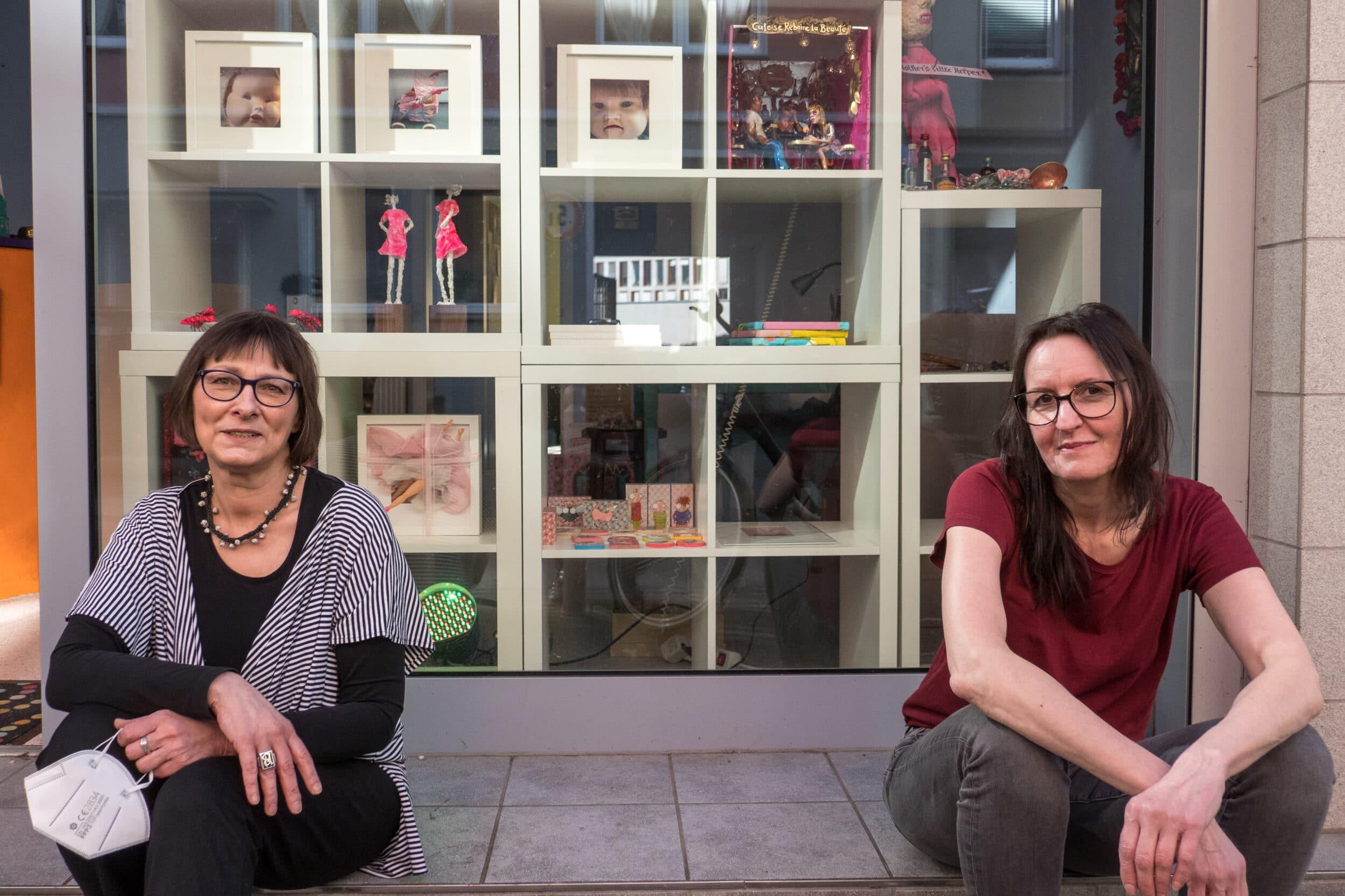 Das Regal randvoll, es kann also losgehen: Galeristin Karin Schmidt sowie Claudia König (v. l. n. r.) freuen sich auf die Ausstellungseröffnung. (Fotos: Hendrik Müller)