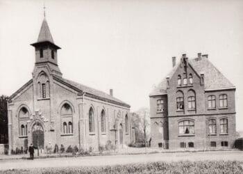Die ev. Kirche und das Pfarrhaus am Wengeplatz um 1900. (Foto: privat)