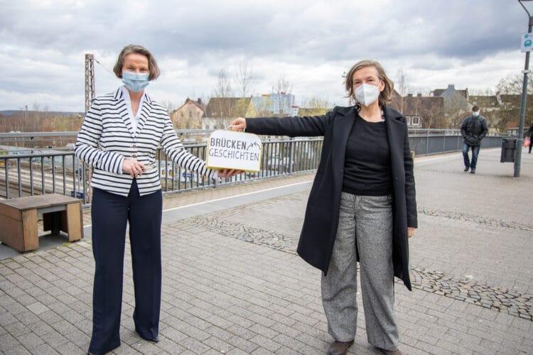 """Im März nahm Künstlerin Silvia Liebig (r.) von Ministerin Ina Scharrenbach (l.) eine Landesförderung für die """"Brückengeschichten"""" entgegen. (Foto: Wir in Dortmund)"""