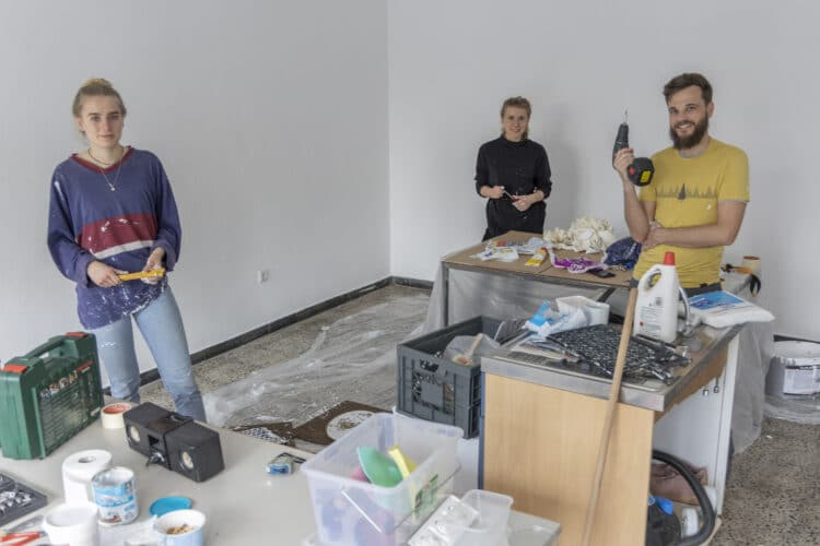 Die Co-Working-Space-Quartiershelden bei der Renovierung  zusätzlicher Räumlichkeiten. (Foto: Wir in Dortmund)
