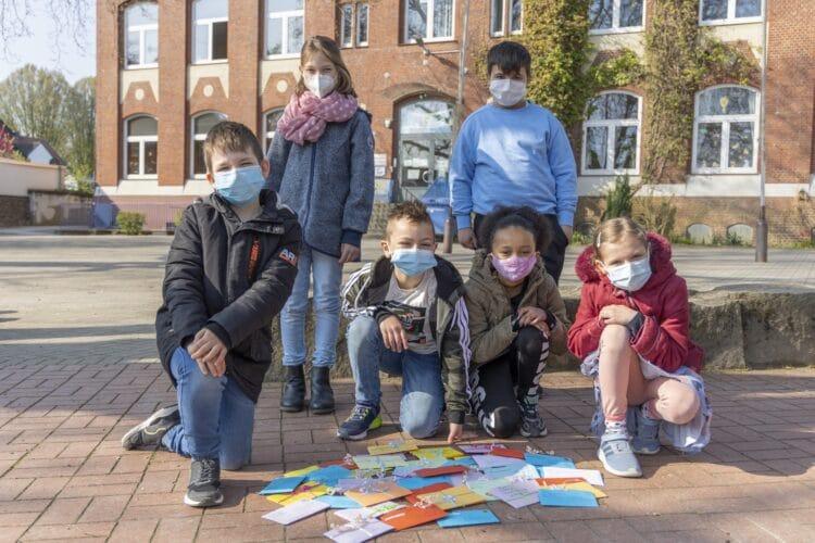Insgesamt fast sechzig persönliche Antworten: Die Widey-Kinder freuen sich darüber, wie gut ihre Initiative bei den Kirchlinder Senioren ankam. (Foto: Wir in Dortmund)