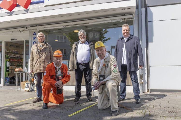 Auch mit Unterstützung ehemaliger Bergleute haben Hubert Dubielczyk (2. v. r.) und Egon Liesecke (2. v. l.) die aktuelle Ausstellung im Apotheken-Schaufenster organisiert. In der Mitte Gerhard Hendler (IGBCE). (Foto: Wir in Dortmund)