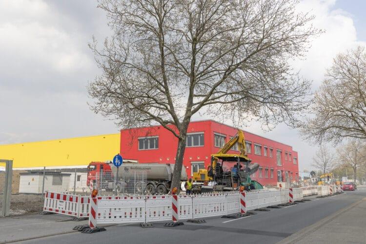 Der neue Martener DHL-Standort nimmt mittlerweile klare Konturen an. Die vorgelagerte Straßenbaustelle war glücklicherweise nur von kürzerer Dauer. (Fotos: Wir in Dortmund)