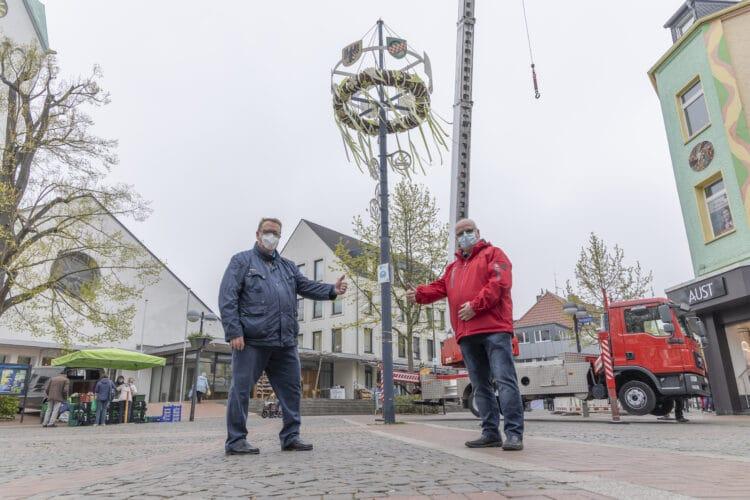 """Viele Traditionen lassen sich auch von der Pandemie nicht kleinkriegen. Bezirksbürgermeister Nils Berning und sein """"Vize"""" Volker Schultebraucks (v. l.) sind glücklich, dass die Hombrucher sich auch 2021 an einem schönen Maikranz erfreuen können. (Fotos: Wir in Dortmund)"""