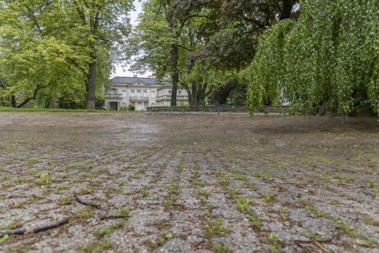 """Eigentlich sollen die Dorstfelder im Frühling und Sommer am Teich des Schulte-Witten-Parks entlangwandern können. Momentan präsentiert sich der Abschnitt aber leider mal wieder in """"Wüstenoptik"""". (Fotos: Wir in Dortmund)"""