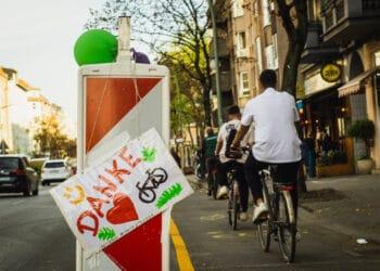 Ein Pop-up-Radweg in Berlin. (Foto: Peter Broytmann)