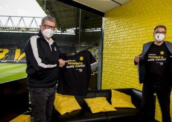 """OB Thomas Westphal (r.) und Norbert Dickel trafen sich im Glasstudio """"auffe Couch"""" zum Fototermin.  (Foto: BVB)"""
