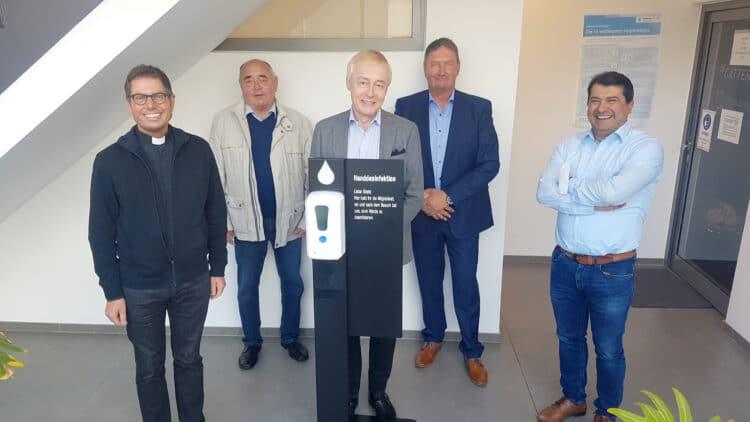 (v. l.) Pfarrer Hubert Werning und Udo Linnewerth nahmen für den Pastoralen Raum die Desinfektionsspender entgegen und bedankten sich bei Jörg Tiemann, Prof. Dr. Michael Tracz und Metin Duman von Gatter3. (Foto: Pastoralverbund Dortmunder Nord-Westen)