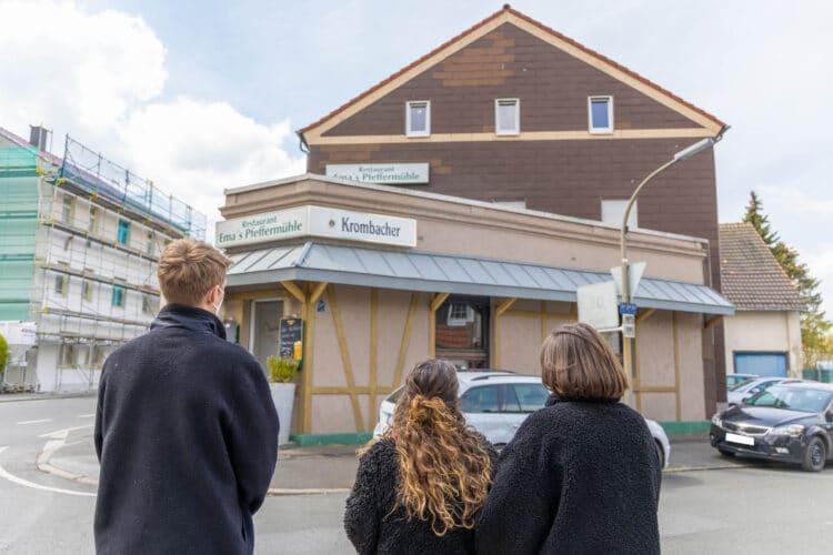 Von diesem Vordach rettete die Feuerwehr in der Brandnacht Sara (Mitte) und ihre Eltern. (Fotos: Wir in Dortmund)