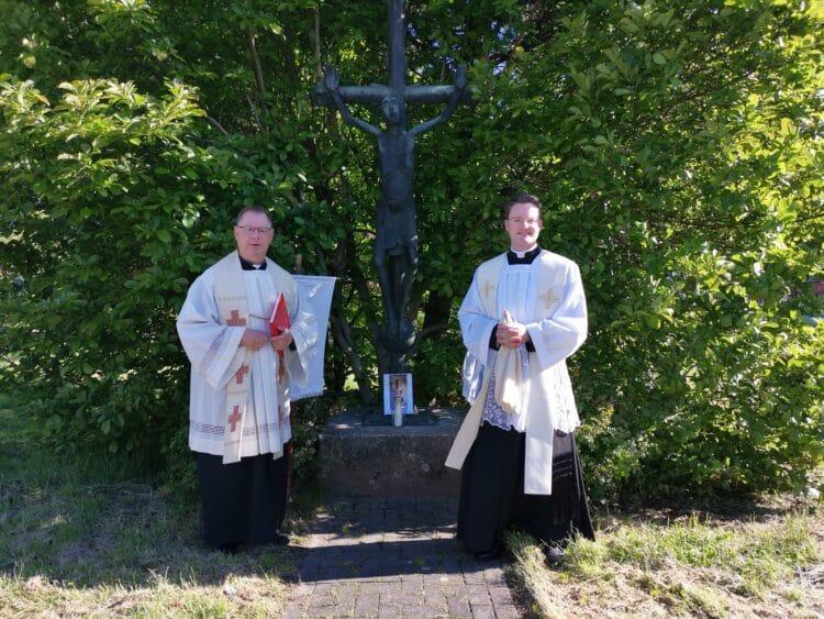 Diesmal: Pfarrer Michael Ortwald und Vikar Dominic Molitor (v. l.) an einer der Segensstationen. (Foto: Pastoraler Raum am Revierpark)