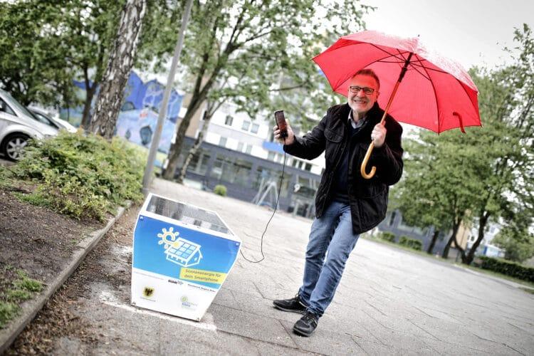 Bezirksbürgermeister Axel Kunstmann testet die erste Solarbank Dortmunds am Gerlachweg in Westerfilde. (Foto: Benito Barajas, Stadt Dortmund)