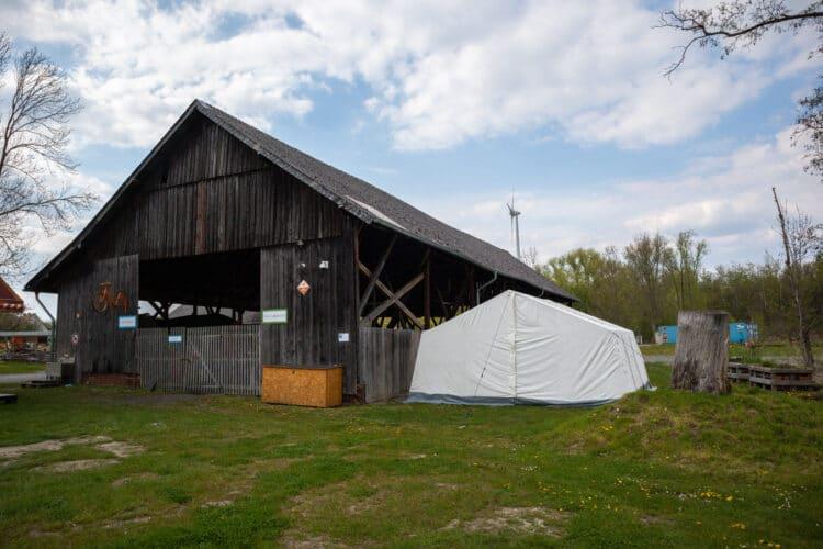 Das Zelt des Corona-Testzentrums auf Gut Königsmühle ist bereits aufgebaut. Getestet wird auch samstags und sonntags. (Fotos: Wir in Dortmund)