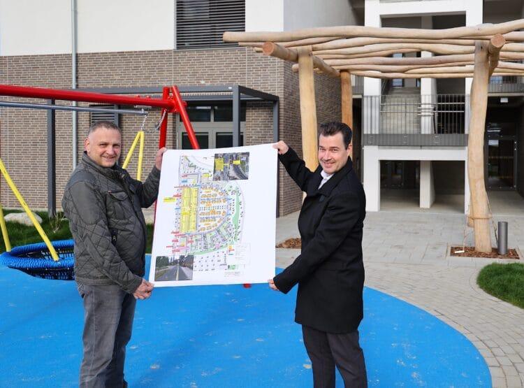 Über den erfolgreichen Anschluss des ersten Wohnhauses mit Kita im neuen Stadtquartier Luisenglück an das Glasfasernetz von DOKOM21 freuen sich Jörg Bogut (li.), DOKOM21 Planung, und Nicolas Gunia, DOKOM21 Vertrieb. (Foto: Roland Kentrup)