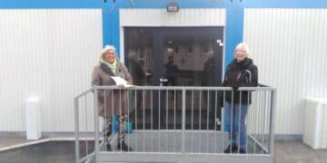 (v. l.) Barbara Blotenberg und Ursula Hertel vor einer mobilen Raumeinheit. (Foto: Grüne)
