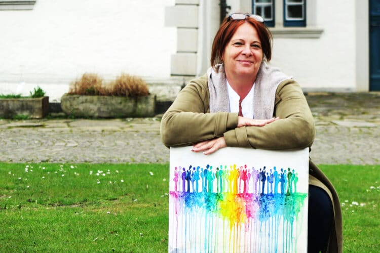 Künstlerin und Kuratorin Anette Göke vor dem Wasserschloss mit einem ihrer Bilder. (Foto: Wir in Dortmund)