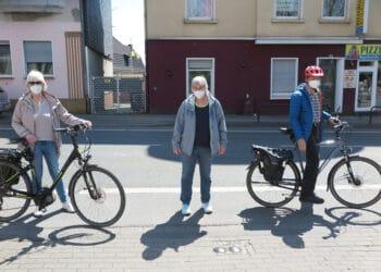 (v. l.) Ursula Hertel ( Grüne), Birgit Dördelmann-Wulff (Schulleiterin) und Walther Heuner (Grüne) stehen auf dem Radweg, der sich direkt an der Feuerwehreinfahrt befindet. (Foto: Wir in Dortmund)