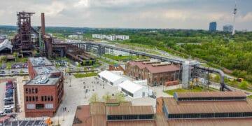 Inzwischen stehen zwei Zelte vor dem Impfzentrum auf dem Phoenixplatz. (Foto: Stephan Schütze/Wir in Dortmund)