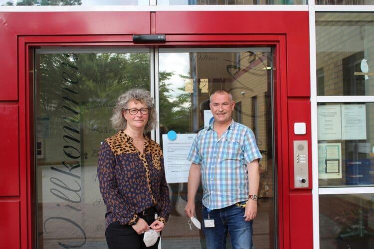 Tanja Moszyk vom LWL-Industriemuseum Zeche Zollern und Marco Neufeld vor dem Eingang des LWL-Pflegezentrums. (Foto LWL/Herstell)