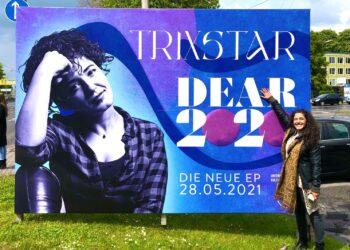 Die Reggae- und Dancehall-Sängerin TriXstar vor ihrem Plakat. (Fotos: Didi Stahlschmidt)