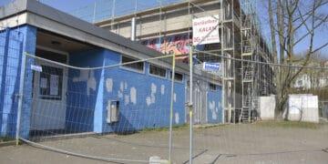 Vor etwas mehr als einem Jahr standen die Außenarbeiten auf dem Plan, jetzt ist die alte Sporthalle in Kirchlinde auch von innen bereit für ein Comeback. (Archivfoto: Wir in Dortmund)