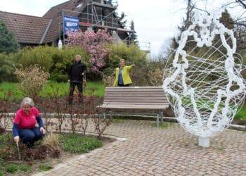 Monika Penzel (knieend) sowie Rudi und Almuth Hesse aus der SGV-Abteilung Do-Aplerbeck beim Säubern der Bepflanzungen. (Foto: SGV)
