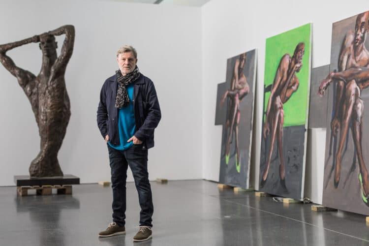 Rainer Fetting in der Ausstellung. (Foto: Roland Baege)