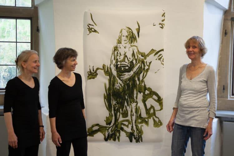 Christiane Schlieker-Erdmann (r.) mit den Performance-Künstlerinnen Susanne Bilstein und Marianne Kupczik. (Foto: Hendrik Müller)