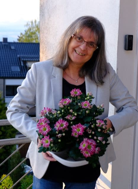 Einen Blumengruß hält Ulrike Klotz am 28.05.2021 für Sie bereit.  (Foto: Hans Steinkamp)