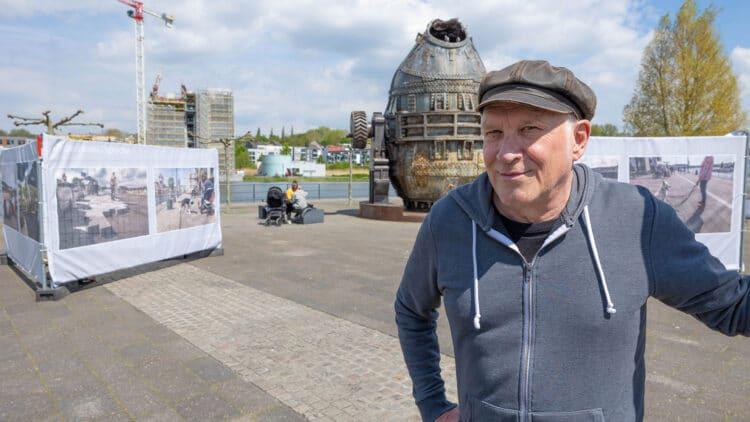 Fotograf Frank Schultze – im Hintergrund seine Ausstellung mit seinen fotografischen Diptycha auf der Kulturinsel Hörde. (Foto: WIR IN DORTMUND)