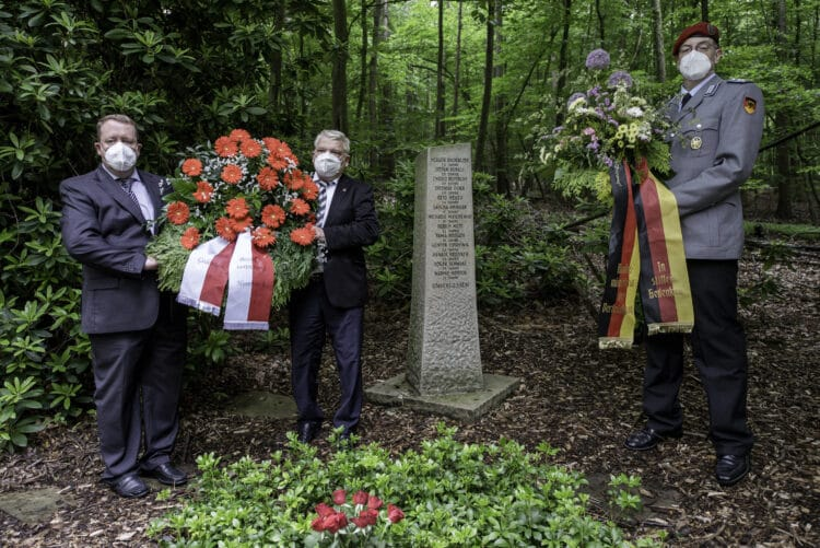 (v. l.) Bezirksbürgermeister Nils Berning, Bürgermeister Norbert Schilff und Oberstleutnant Michael Multermann gedachten der Toten an der Absturzstelle.  (Foto: Roland Gorecki, Dortmund Agentur)