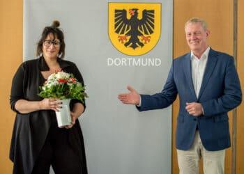 Stadtbeschreiberin Anna Herzig mit Kulturdezernent Jörg Stüdemann. (Foto: Roland Gorecki, Dortmund Agentur)