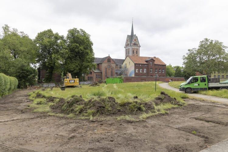 Was hier auf der Frerichwiese in Dorstfeld mal entstehen wird, ist noch nicht klar – was verschwindet, offensichtlich schon. (Fotos: Wir in Dortmund)