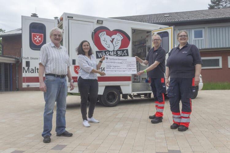 Fit für den guten Zweck: 556 € konnten der Vereinsvorsitzende Karl-Friedrich Bode und Simone Putzig an Holger und Mona Kurek vom Wärmebus-Team (v. l.) übergeben. (Foto: Wir in Dortmund)