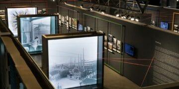 Auch großformatig und hinterleuchtete Fotos sind ein Blickfang der Ausstellung in der historischen Zechenwerkstatt. (Fotos: LWL/Gehrmann)