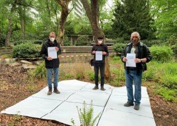 """Diese Herren sind bereits stolze """"Besitzer"""" eines Stückes Bärenanlage. (Fotos: Förderverein Kinder und Zoo Dortmund e. V.)"""